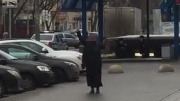 """Mosca, orrore in centro: una donna urlando """"Allah Akbar"""" tiene in mano la testa mozzata di una bimba"""